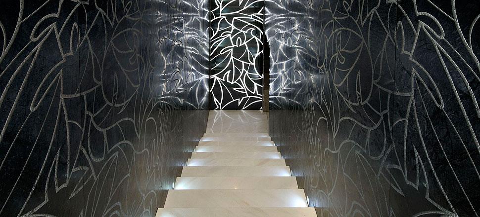 weisse Treppen, schwarzer Marmor